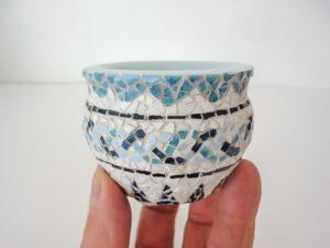 petit vase en mosaïque 64 morceaux dans un carreau de 2 cm. sur 2cm.